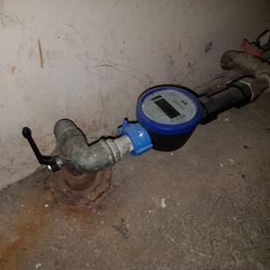 Utæt varmtvandsbeholder - Luk for vandet!