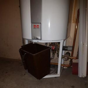 Utæt varmtvandsbeholder - Begræns skaden med bøtte eller spand
