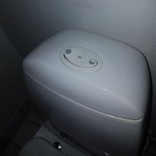 Nyt toilet billede af trykknap
